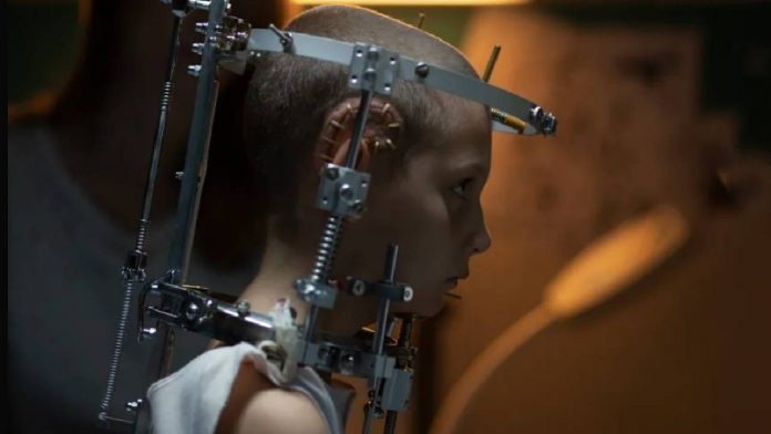 titane-recensione-film-julia-ducournau-agathe-rousselle-cannes-74-01-696x392-1633010433.jpg